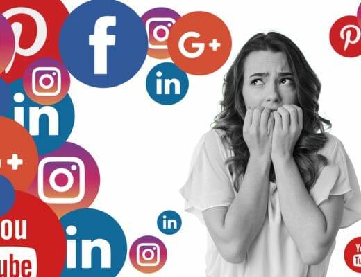 Una donna in bianco e nero impaurita dai social media che la stanno letteralmente sovrastando. I social media nel mondo dell'estetica stanno diventando un vero e proprio taboo per le estetiste.