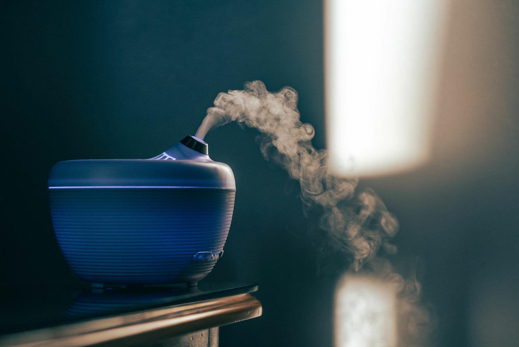 Diffusore ambientale azzurro. Spruzza del fumo probabilmente aromatizzato.